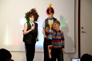 Korttrick.När Lucas Gunnarsson och Albin Viklund trollade fick de hjälp av Loa Källman från publiken för att genomföra sitt korttrick.