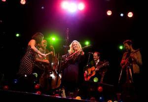 Med sig på turnén har Sofia Karlsson en grupp mycket kompetenta musiker som igår gjorde några starka individuella prestationer.Foto: Håkan Luthman