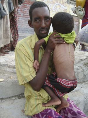 Flytt. Mannen och barnet har flytt från södra Somalia.