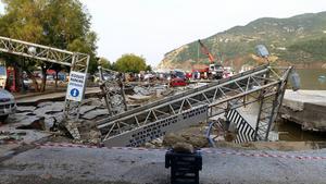 Hamnen på semesterön har drabbats av stor förstörelse.