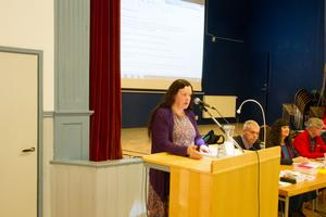 Gunilla Berglund (C) tog upp frågan om att äldre med hemtjänst måste ta emot många personer i sitt hem, på kommunfullmäktige i Fors.