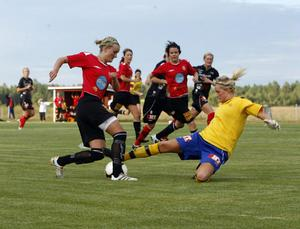 Två av DM-finalens huvudpersoner fajtas om bollen, Moheds Julia Wahlund och Team Hudiks målvakt Lina Ringshamre.