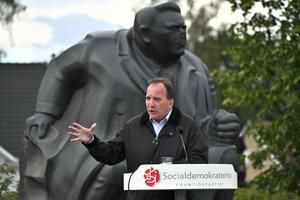 Framför statyn på socialdemokraten Fabian Månsson i Blekinge talade statsminister Stefan Löfven om högre skatter och arbetares villkor.