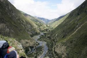 Ecuadors tåg tar sig fram mellan de imponerande bergen.