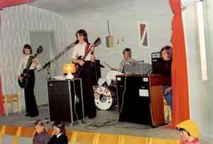 Året är 1976 och Stars står på scenen i Laxsjö bygdegård. Stars bytte sedermera namn till Jannez.