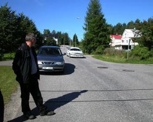 —Något måste göras åt fortkörarna på Egnahemsvägen i Fagervik, säger Anders Weinemo som var med på onsdagen när man på nytt placerade ut mätutrustning på vägen.