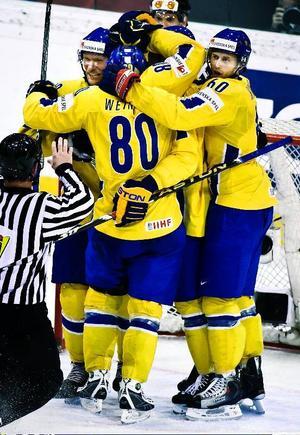Svensk glädje efter Dick Tärnströms 2–0-mål. Matchen slutade 3–1 och Sverige är klart för VM-semifinal. Foto: Scanpix