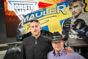 Alexander Gustafsson och Alx Danielsson poserar framför the Mauler-trucken.