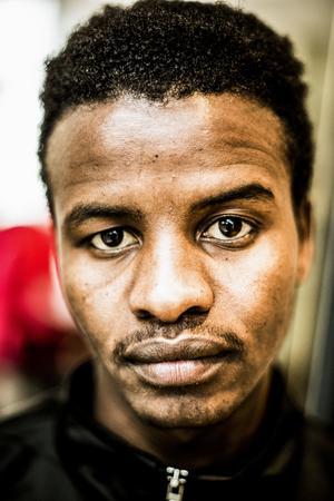 Sadam Hissein Abdine, 22 år:– Tidigare bodde jag i Östersund ett tag. Nu har jag nyligen flyttat från Söderhamn till Farsta. Jag har fått uppehållstillstånd och studerar SFI. Jag hoppas kunna studera på universitet i framtiden. Jag vill studera mänskliga rättigheter. Jag vill hjälpa folk. Speciellt i Sudan.