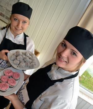 Mimmi och Emilia bakar sina bakverk under fritiden. De håller till på livsmedelsprogrammets kök.