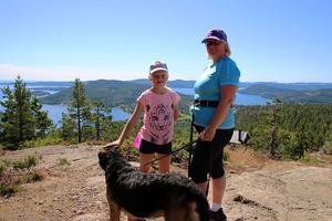 Smålänningarna Amelia Fransson och hennes mamma Lotte Fransson har  gått upp för Skuleberget med sin hund. Nu väntar det på andra hälften av familjen, som har klättrat upp.
