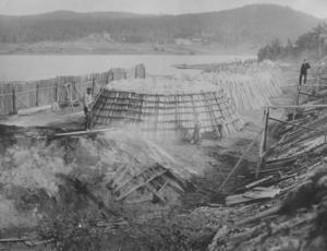 Kolmilor vid sågen i Ytteryg, Färila. Gårdarna i bakgrunden är borta sedan länge.