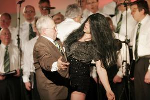 Kjell Flodin tar en sväng om i en förförisk Tango med utklädda Per-Arne Engström. Detta var en av många överraskningar under föreställningen.