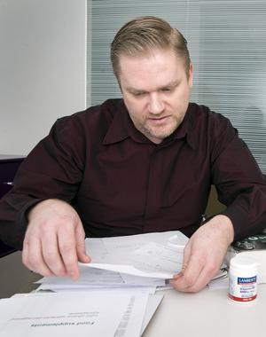Överklagar. Enligt västeråsaren Rolf Forslund, sjuksköterska och grossist, pågår en häxjakt och överklagansprocesser i hela Sverige mot kosttillskott. Åtta av hans preparat har fått säljförbud.Foto: Rune Jensen