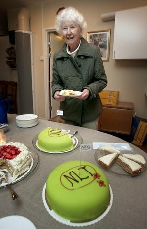 Tårtkalas. Ingegerd Ljung passade på att äta en bit NLT-tårta när hon besökte tidningens öppna hus.