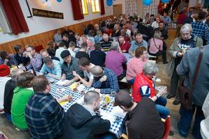 Go öl och go stämning i Söderbärke folkets hus. Ölfestivalen i Söderbärke har årligen lockat flera tusen festivalbesökare.
