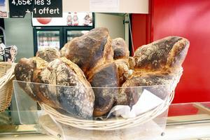 Nybakat bröd är givet, även i Normandie. Foto: Johan Croon/TT
