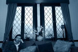 """Det är på scenen han trivs bäst. Robert Falk är en mångsidig artist som både sjunger, dansar och steppar. Han beskriver sig själv som en positiv människa som försöker plocka godbitarna ur livet. """"Jag kan vara otroligt velig också. Men när jag väl har bestämt mig, då kör jag 100 procent"""", säger han.  Foto: Håkan Luthman"""