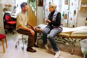 """Marianne Andersson beskriver sina symtom för doktor Gunnar Nilsson. """"Det här är en trygghet för oss"""", säger Marianne."""