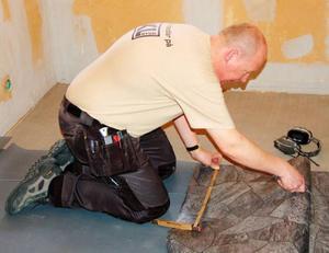 Många års yrkeserfarenhet gör att Ove Larsson skär till plastmattan på fri hand.Foto: Lars Dahlström