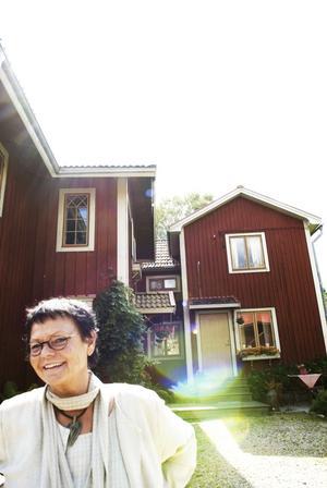Drömmen gick uppfyllelse. Inger Berggren har alltid drömt om att öppna en Bed and breakfast–rörelse. Nu är det gjort, och är som ni ser på bilden av det lyckligare slaget. Foto:Stina Rapp