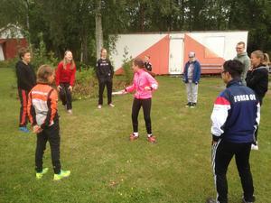 Det var full fart från start på orienteringsskolan. I mitten på ringen Lotta Carlgren och i förgrunden Wille Långberg, Ibrahim Khaliloch till höger ledarna Jon Åkesson och Ellen Forsgren.