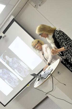 Camilla Werme sköter datorn i modebutiken. Hennes mamma Monika Eriksson föredrar i stället att serva kunder.
