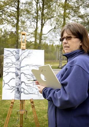 Naturligt. Inspirationen hämtar Monica Jansson runt omkring sig och gärna i naturen. Några björkar får stå modell. BILD: BIRGITTA SKOGLUND