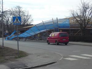 Byggnadsställningen utanför Lekebergs sparbank i Lördags.