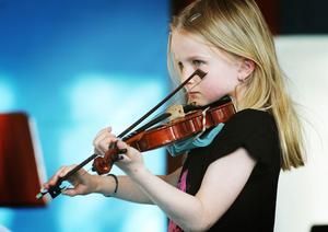 Sofie Nordholm, dagens yngsta musiker i Kärleksvisa.