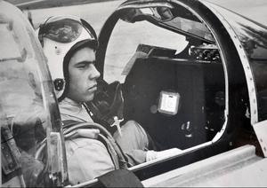 Jan Holmberg har ett förflutet som stridspilot och har kört maskinen som J 29 Tunnan, J 35 Draken, för att inte tala om Vampires. Så här såg han ut före start i en Tunna.