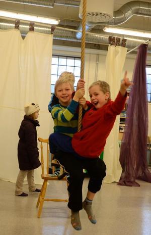 William Hallin och Jonatan Blom Carlsson tar en invigningstur i gungan inne på Apollo.BILD: SAMUEL BORG