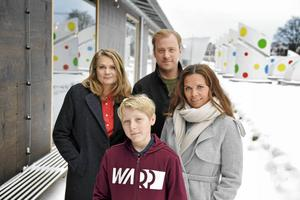 Manusförfattaren Moa Herngren, skådespelarna Frank Dorsin och Erik Johansson samt manusförfattaren Clara Herngren ser fram emot premiären för den nya säsongen av