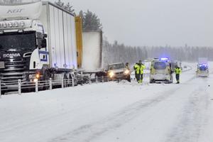 Flera fordon var inblandade i olyckan och bärgningsarbetet beräknas ta flera timmar.