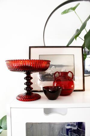 En samling loppisfynd. En skål på fot, en liten fugaskål från Orrefors, en vas från Reijmyre och ett gammalt inramat foto är alla loppisfynd hemma hos Catharina Linder.