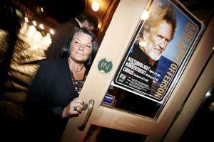 Countrystjärna till släkting. Gunnel Eld från Falun fick sin önskan uppfylld då hon förutom att få träffa sin släkting, höra en färsk version av hennes Kristofferson-favorit Me and Bobby McGee på Cirkus. Foto: Casper Hedberg.