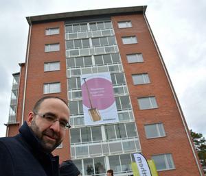 En riktig höjdare, tycker bostadsminister Mehmet Kaplan om det nya åttavåningshuset på Skönsmon.