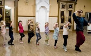 Barnen får lära sig rytmiska övningar tillsammans av dansledaren Anna-Maria Jonasson.