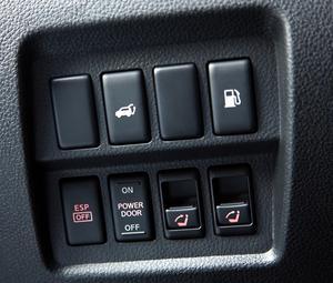 Med knappsatsen till vänster om ratten kan föraren öppna tanklocket, öppna bakluckan, stänga av antisladdsystemet och fälla upp ryggstöden bak.