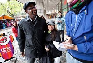 Trots regnet var kämpaglöden på topp hos Moussa N'Diaye, ledare för Rapatac och Ruthie Andersson. ordförande i Swedpinay society.
