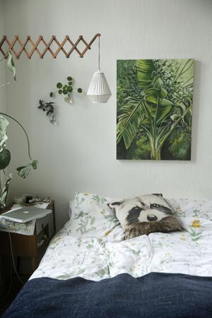 Sofia har gjort blomvaser av glödlampor och hängt på väggen. Tavlan ovanför sängen har Maria Lundström målat.