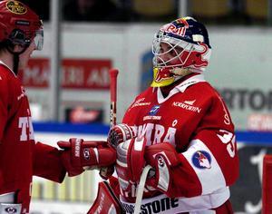 Kimmo Kapanen igen, men den här gången 2005. Då var örnen borta och i stället hade han ett storföretags logga på masken.