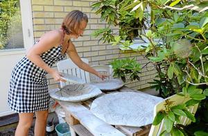 Fritidsintresse. Linnea Hägglöf gillar att pyssla och återbruka på fritiden. Hon har nyligen fastnat för att gjuta i betong och har en liten betongverkstad utanför huset. – Det är viktigt att ha fritidsintressen och inte bara jobba och fixa hemma, tycker Linnea.   Foto: Veronica Svensson