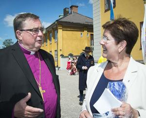 Biskop emeritus Tomas Söderberg pratar med landshövding Ylva Thörn under nationaldagsfirandet vid Gruvan.