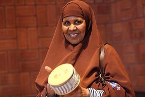 Faduma från Somalia på musikskolans instrumentprovning.