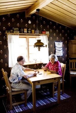 Runo och Agneta kopplar gärna av med ett parti Vändåtta. Korten är märkta med punktskrift.