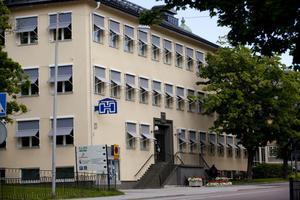 I källaren hos Härnösandshus på Nybrogatan trycktes det tidningar från 1946 fram till millenniumskiftet. Länsstyrelsen ska nu undersöka om det finns miljögifter från tryckeriverksamheten i fastigheten