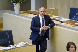 Justitie- och migrationsminister Morgan Johansson (S) menade i debatten inför beslutet att de skärpta asylreglerna ska rädda Sverige från en ny situation som den i höstas när tiotusentals asylsökande kom varje månad.