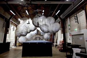Första rummet, Lilla retorten, domineras av moln i scenografin.