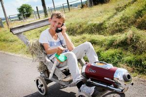 Det är klart att en lådbil också måste ha en mobiltelefon. Rasmus i team Victor försöker lokalisera sin medförare Stella.